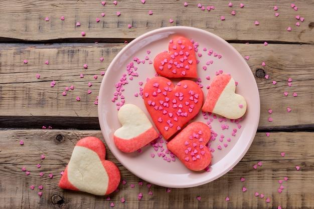 Endecha plana de galletas en forma de corazón en un plato