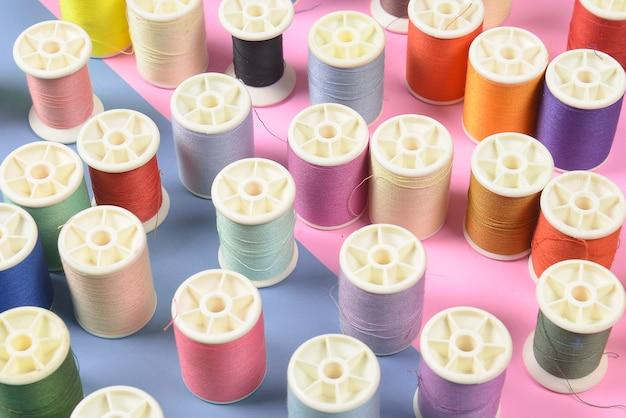 Endecha plana de hilos de colores para coser en dos tonos de fondo
