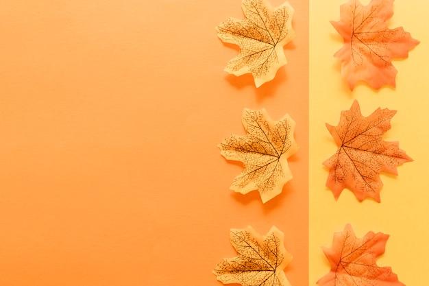 Endecha plana de hojas de otoño en superficie multicolor