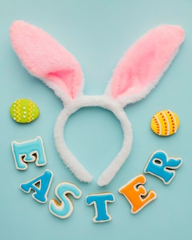 Endecha plana de huevos de pascua con orejas de conejo