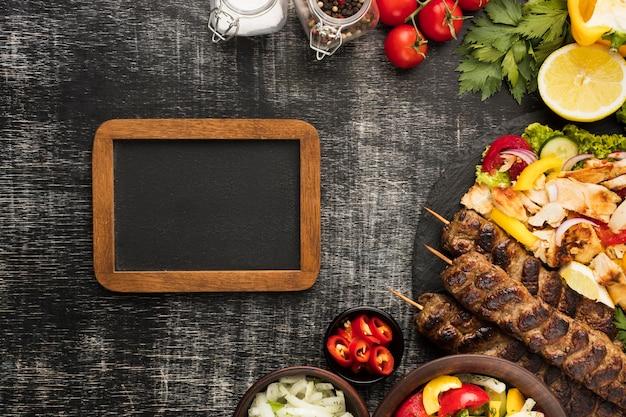 Endecha plana de marco con sabrosos platos y kebab