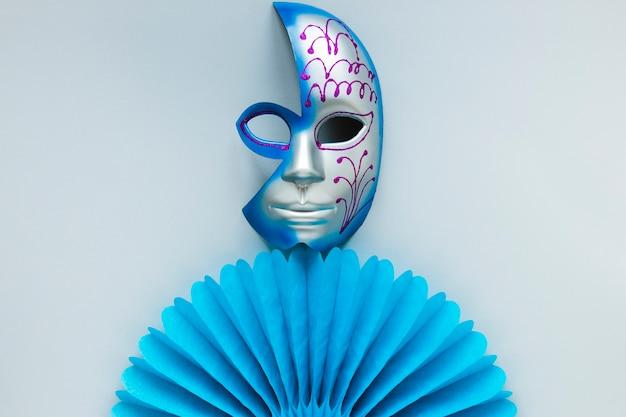 Endecha plana de máscara de carnaval y abanico de papel