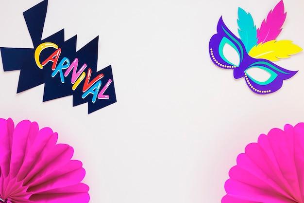 Endecha plana de máscara para carnaval y abanicos de papel