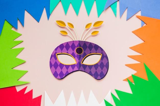 Endecha plana de máscara de carnaval con recortes de papel