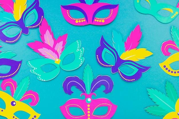 Endecha plana de máscara colorida para carnaval