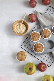 Endecha plana de muffins de manzana recién horneados