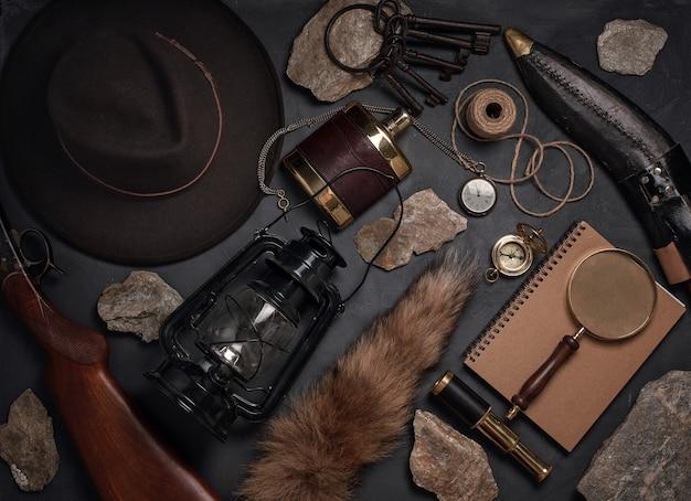 Endecha plana con objetos vintage del salvaje oeste. exploración, concepto de aventura.