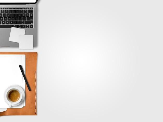 Endecha plana de la oficina de espacio de trabajo portátil moderno de freelance con taza de café