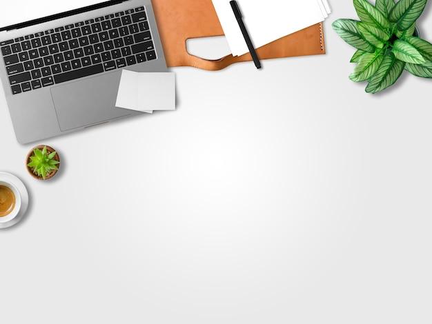La endecha plana de la oficina moderna del espacio de trabajo del ordenador portátil de independiente con la taza de café.