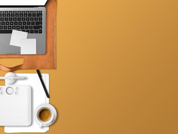 Endecha plana de la oficina moderna de espacio de trabajo portátil de freelance con waffles de café y documentos de documentos.