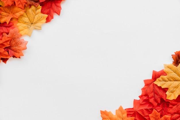 Endecha plana de otoño deja esquinas