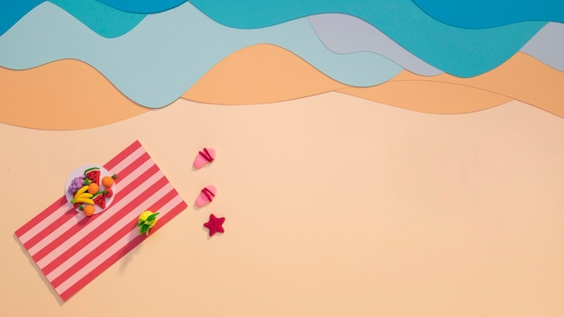 Endecha plana de playa con toalla
