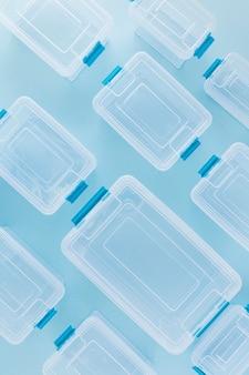 Endecha plana de recipientes organizados de plástico