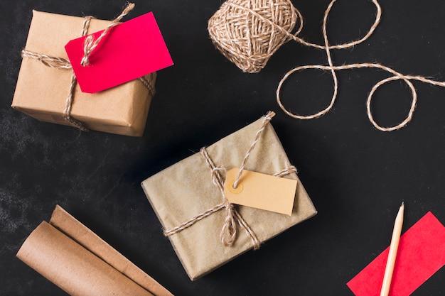 Endecha plana de regalos con hilo y papel de regalo