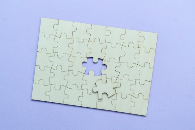 Una endecha plana de rompecabezas en blanco, solución y concepto de toma de decisiones