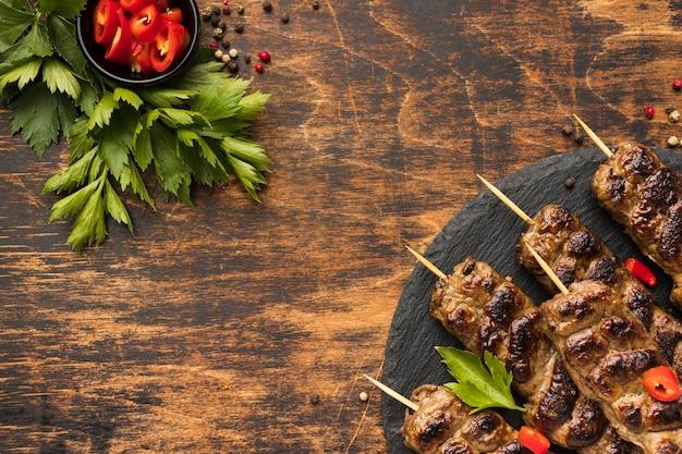 Endecha plana de sabroso kebab con hierbas