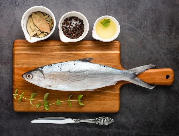 Endecha plana sabroso pescado en tabla de cortar