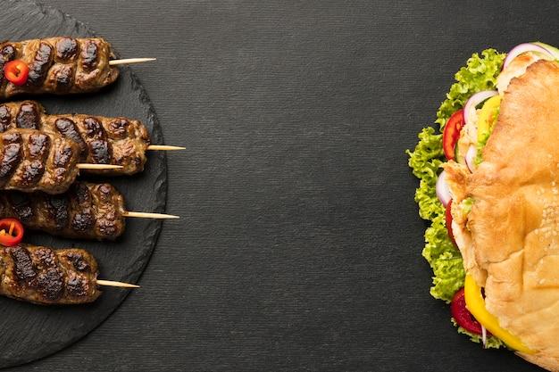 Endecha plana de sabrosos kebabs con espacio de copia
