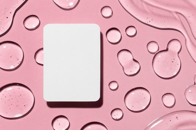 Endecha plana de salpicaduras de gel hidroalcohólico con tarjeta