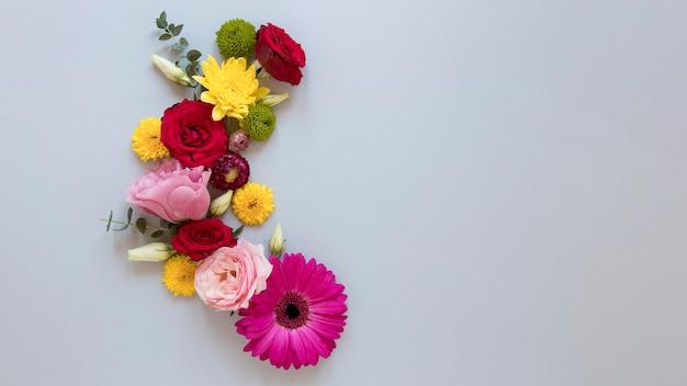 Endecha plana de surtido de flores preciosas