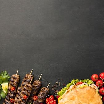 Endecha plana de surtido de sabrosos kebabs con espacio de copia