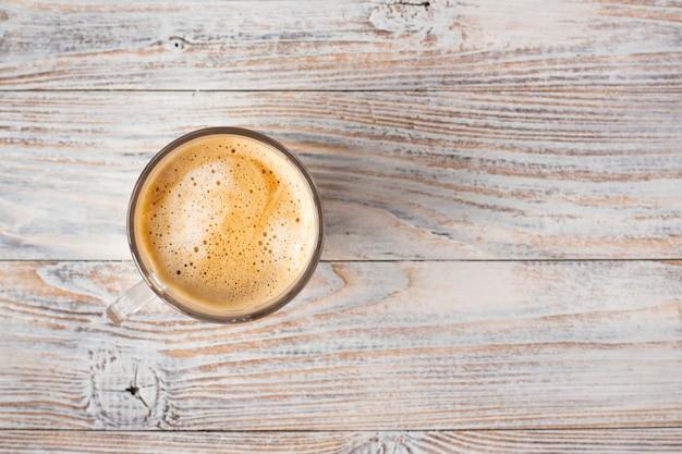 Endecha plana de taza de café con espuma