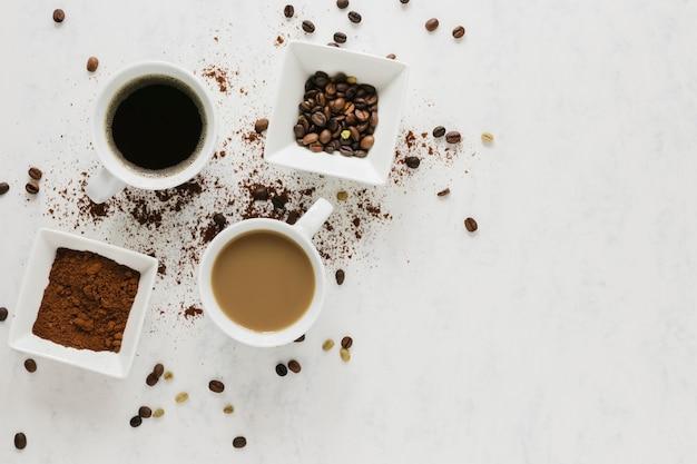 Endecha plana de tazas de café calientes