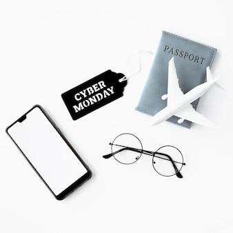Endecha plana de teléfono inteligente con pasaporte y etiqueta de cyber monday