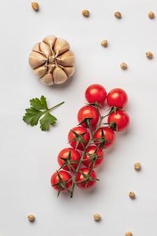 Endecha plana de tomates frescos con ajo