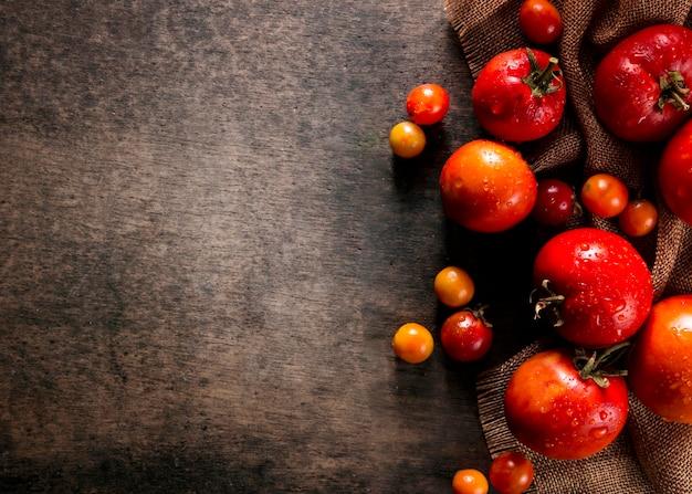 Endecha plana de tomates de otoño con espacio de copia