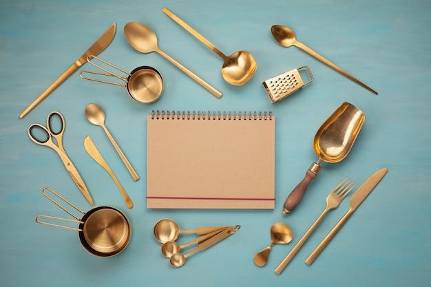 Endecha plana con utensilios de cocina y espacio de copia en blanco. libros de recetas de cocina, blogs de cocina, concepto de clases.