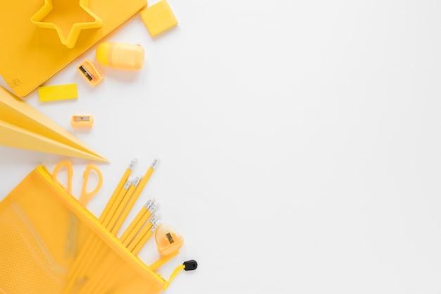 Endecha plana de útiles escolares amarillos