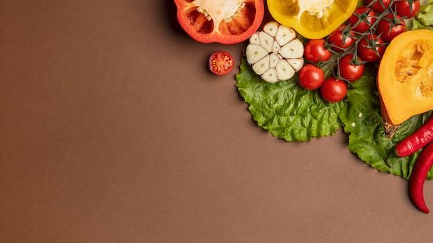 Endecha plana de verduras orgánicas con espacio de copia