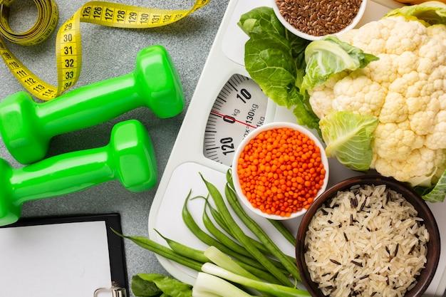 Endecha plana de verduras y pesas.