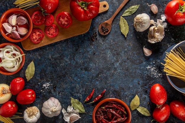 Endecha plana de verduras con tomate y chile