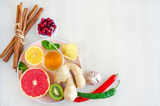 Endecha plana, vista superior de productos naturales, alimentos saludables con vitamina c sobre fondo de madera.