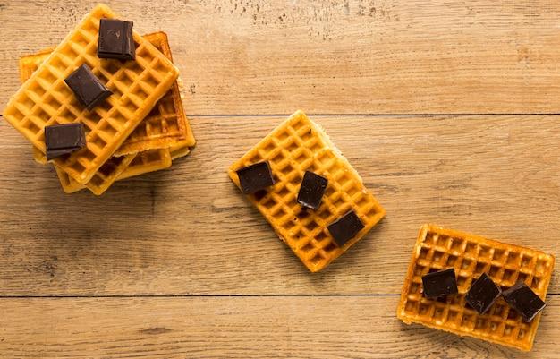 Endecha plana de waffles con trozos de chocolate en la parte superior