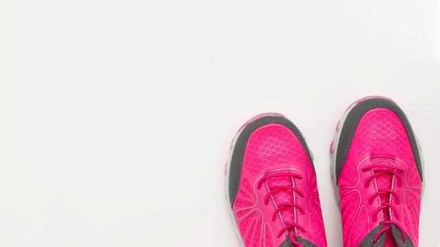 Endecha plana de zapatillas con espacio de copia