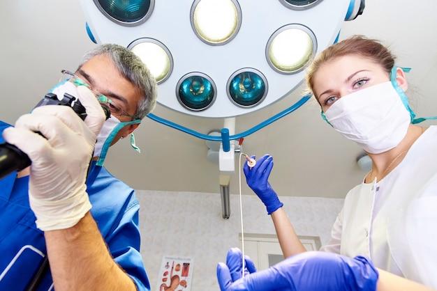 Endoscopia en el hospital. doctor sosteniendo el endoscopio antes de la gastroscopia. examen medico.