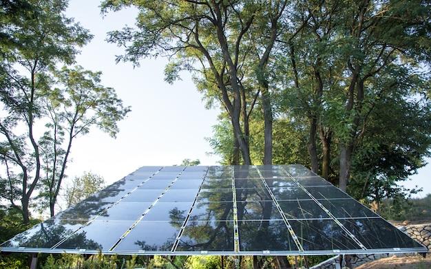 Energía fotovoltaica en la estación de energía solar de energía natural.