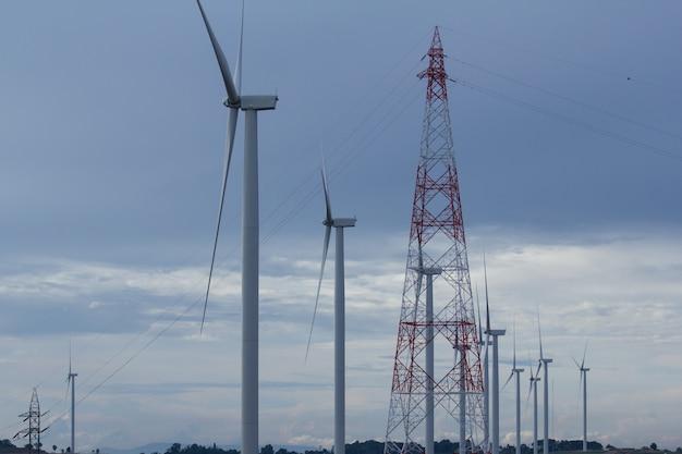 Energía renovable, turbina de vino con cielo azul.