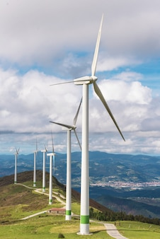Energía renovable. turbinas de viento, parque eólico en el paisaje escénico del país basque, españa.