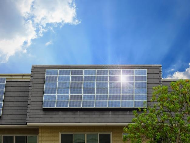Energía verde del panel de células solares en el techo de la casa