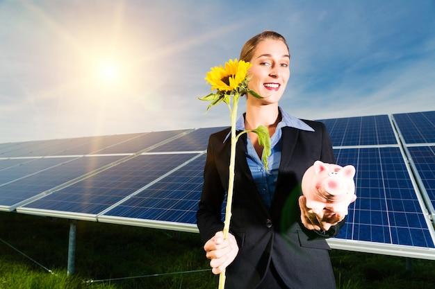 Energía verde, paneles solares con cielo azul