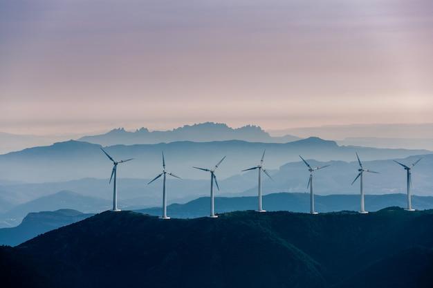 Energías renovables, energía eólica con molinos de viento.
