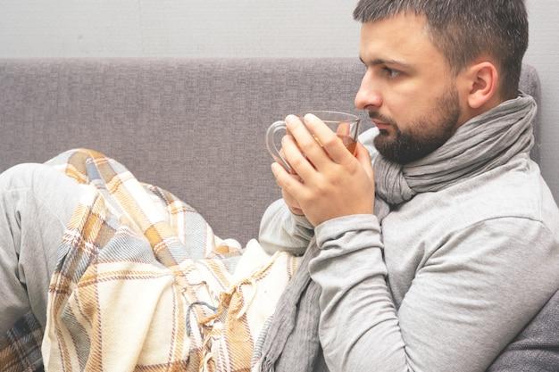 Enfermedad. anímate en casa. un joven está enfermo, recibe tratamiento en casa.