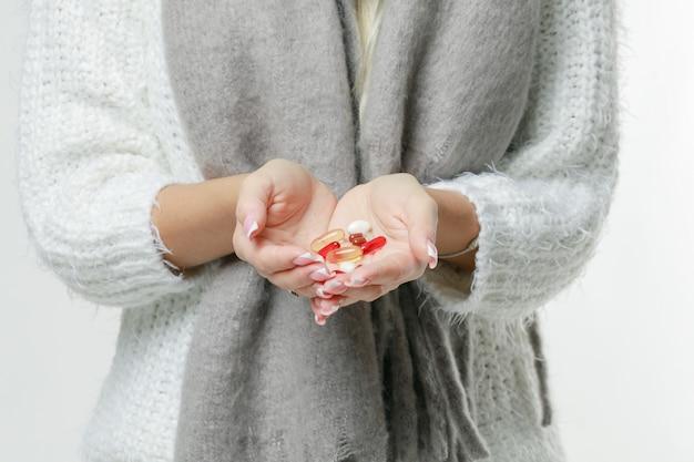 La enfermedad la mujer rubia joven linda envolvió la bufanda que tenía dolor de cabeza, tocando su templo y los ojos cerrados, primer. concepto de resfriado, virus, migraña, temporada de gripe.
