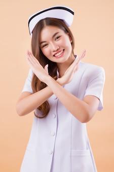 Enfermera amigable diciendo no cruzar los brazos