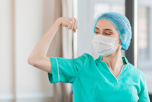 Enfermera de ángulo bajo que muestra los músculos