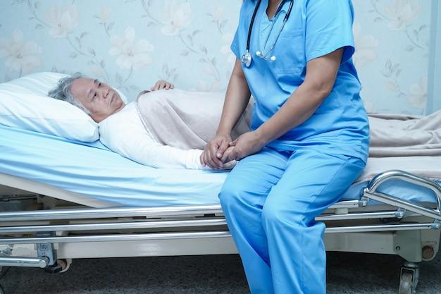 Enfermera asiática fisioterapeuta médico atención, ayuda y apoyo senior